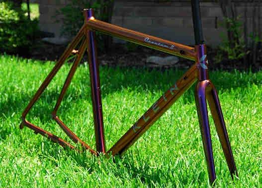 Cadre de vélo peint à l'aérosol.