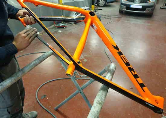 Ponçage du cadre du vélo